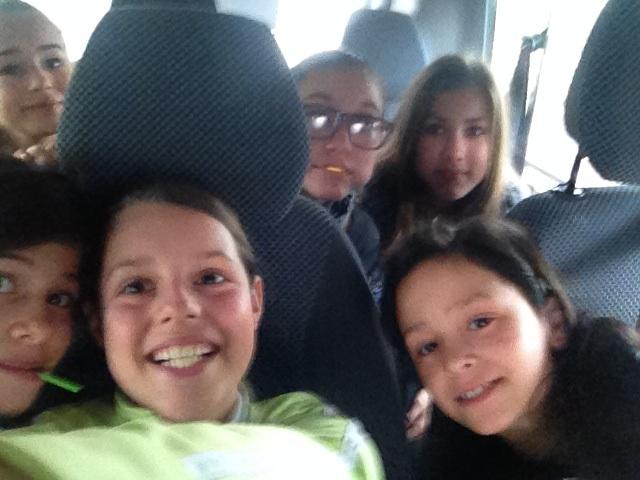 Elena, Bérénice, Emma, Sarah, Sara et Coraline dans le mini-bus